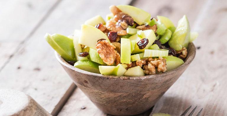 Recept: een friszure salade met appel, selderij en walnoten