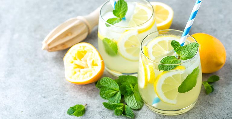 Fris zomerdrankje met citroen en munt