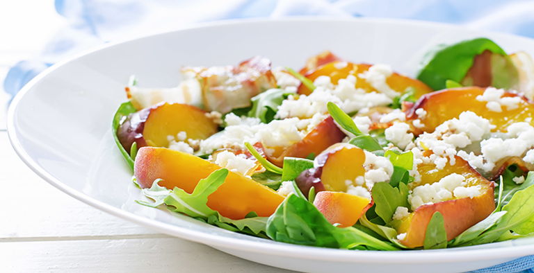 Salade met perzik en geitenkaas
